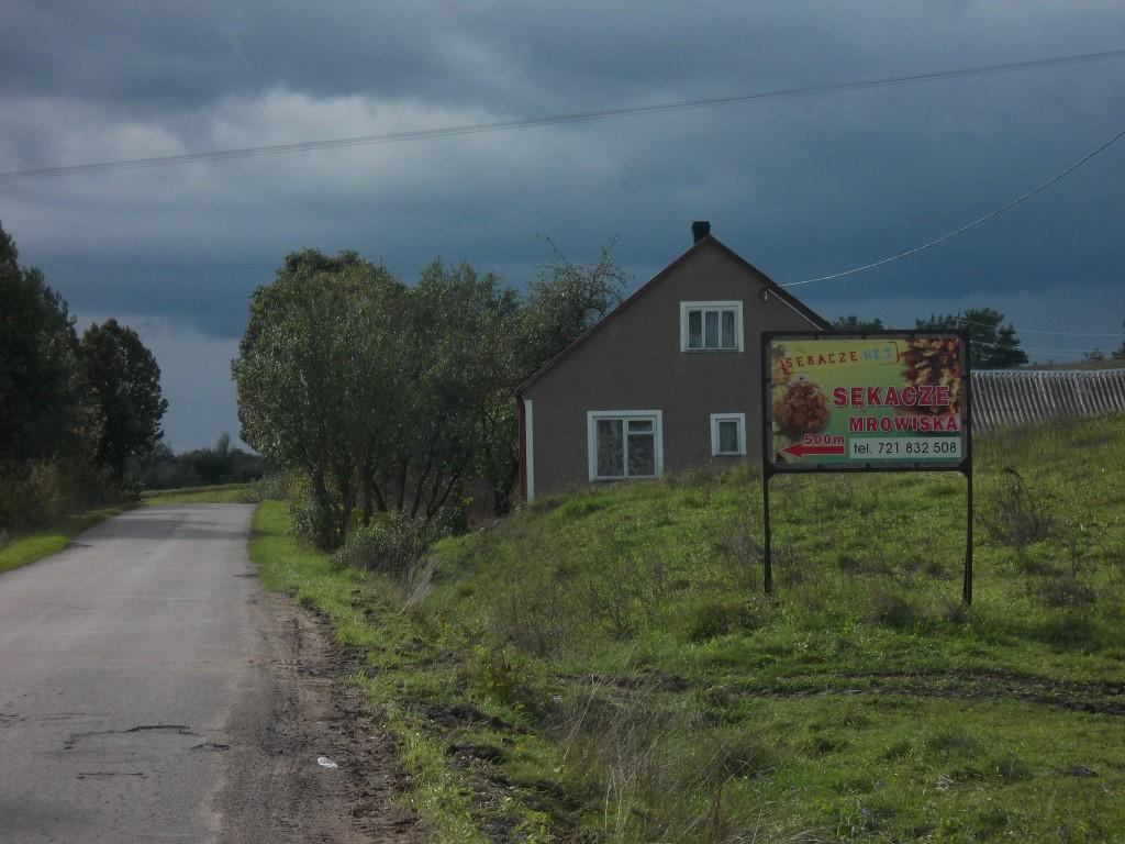 Baner reklamowy ustawiny przy drodze Sejny-Pogorzelec.